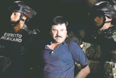 ?? ALFREDO ESTRELLA / AFP VIA GETTY IMAGES FILES ?? Mexican Drug kingpin Joaquin (El Chapo) Guzman is escorted into a helicopter at Mexico City's airport. Toronto trucker Mykhaylo Koretskyy has pleaded guilty to conspiring with Guzman to import cocaine into the U.S.