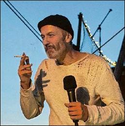 """?? Foto: Vronsky/promo ?? Charismatischer Erzähler: Alexander Ebeert in der """"Peter Pan""""-Inszenierung des Heimathafens Neukölln"""
