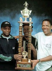 ?? /ANTONIO M U C H AV E ?? A younger Pitso Mosimane, Classic FC official James Mathe and George Mogotsi pose with a trophy.