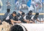 ?? BRIAN CASSELLA/CHICAGO TRIBUNE ?? The grounds crew puts the tarp on the field as a rain delay begins in the third inning of a game between the White Sox and Seattle Mariners on June 26 at Guaranteed Rate Field.
