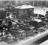 ??  ?? VILKEN GATA? 5 Hästar och droskor anno 1888 parkerade vid Brunkebergstorg. Men vilken av dessa gator ansluter INTE till torget? 1. Malmskillnadsgatan X. Malmtorgsgatan 2. Malmbergsgatan