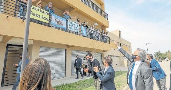 ??  ?? Recorrida. El presidente Alberto Fernández y el gobernador bonaerense, Axel Kicillof, esta semana en una visita a obras del Plan Procrear.