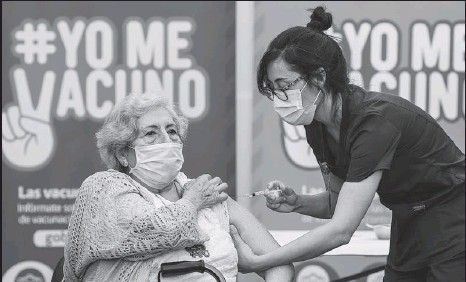 ?? JORGE VILLEGAS / XINHUA ?? An elderly woman in Santiago, Chile, receives CoronaVac made by China's Sinovac Biotech Ltd. Chile started administering vaccines on Feb 3, including nearly 4 million doses received from China.