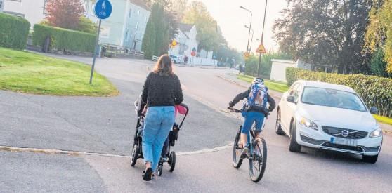 ?? Bild: Johan Hallberg ?? Gående och cyklister utmed Skolgatan kan snart röra sig en trafiksäkrare miljö.