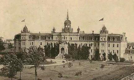 ?? Photo : Manitoba Historical Society ?? Le Collège de Saint-Boniface, construit en 1880, a été détruit par un incendie en 1922.