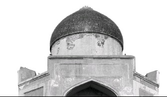 ??  ?? ( Clockwise from far left) Sabz Burj on the intersection of Mathura Road and Lodi Road — two of the busiest arterial roads of Delhi; a closer view of the octagonal monument; several layers of modern repair that need to be carefully removed; cement...