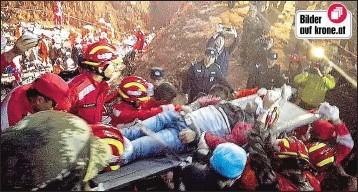 ??  ?? Tian Zeming (19) wurde lebend aus den Schlamm- und Geröllmassen geborgen