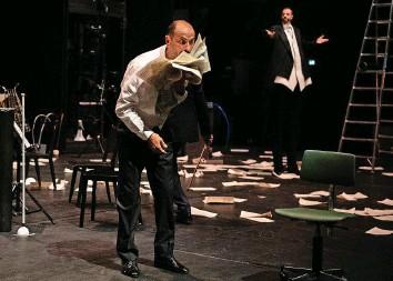 ?? Foto: Judith Schlosser ?? Der Schauspieler Daniele Pintaudi spielt in «4½ Jahreszeiten» einen verhinderten Sänger.