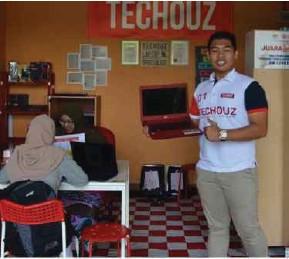 ??  ?? Zakaria terima maklum balas positif pelanggannya yang mendapatkan perkhidmatan baiki komputer riba.