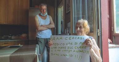 ?? (Foto Alberico) ?? Con i cartelli Amelina Filaferro, 91 anni (a sinistra con il figlio Marco) e Sabina Spinolina, 73 anni (a destra), hanno preparato cartelli per il sit in e coinvolto vicini di casa anziani e malati tra le vie Giambellino, Odazio, Segneri e degli Apuli