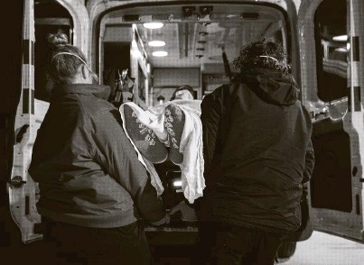 ?? Godofredo A. Vásquez / Staff photographer ?? Paramedics load up a patient in need of dialysis Wednesday on an ambulance leaving United Memorial Medical Center.
