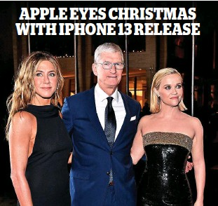??  ?? Star power: Tim Cook with Jennifer Aniston and Reese Witherspoon