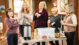 ?? ROBERT VOETS Warner Bros. Entertainm­ent/CBS/TNS ?? From left, Beth Hall, Allison Janney, Kristen Johnston, Jaime Pressly and Mimi Kennedy star in 'Mom.'