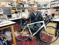 ?? Photo: TNS ?? Stop, thief: Wi-MM co-founder Les Levitt with a bike that has an alarm that's concealed inside a water bottle holder.