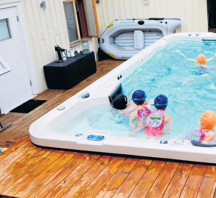 ??  ?? I poolen i Heberg pågår simundervisning.