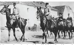 ??  ?? In besseren Tagen: Franz Joseph (ganz li.), Adjutant Spanyi (ganz re.)