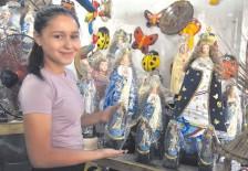??  ?? La vendedora Romina Mendoza, de tan solo 18 años, comentó que su familia se dedica, además de la venta, a la restauración.