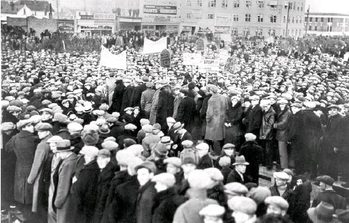 ?? GLENBOW ARCHIVES ?? Farmers and workers rally for an abortive march to call for government help.