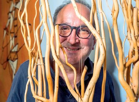??  ?? Sorriso beffardo Francesco Recami ritratto nella sua casa fiorentina (foto: Irene Santoni/Sestini)