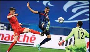 ??  ?? Très en jambes, le Parisien Kylian Mbappé a ouvert le score pour les Bleus.