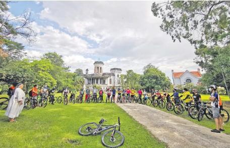 ??  ?? Los ciclistas fueron recibidos por las monjas responsables del turístico castillo Carlota Palmerola.