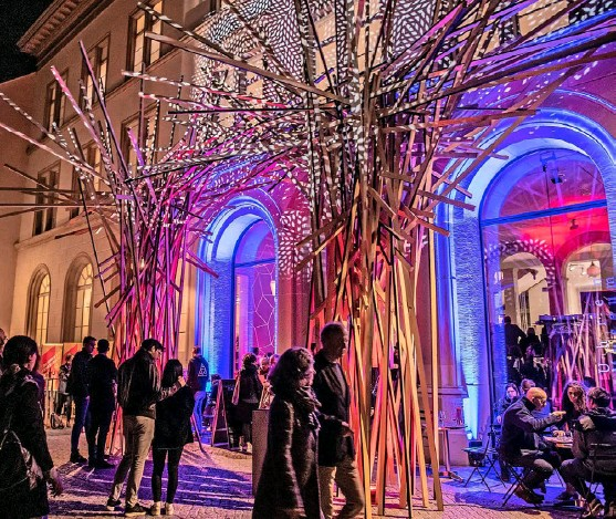 ?? Foto: PD ?? Die Kulturnacht bietet Gelegenheit für spontane Begegnungen. Hier 2019 vor dem Gewerbemuseum.