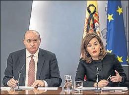 ?? DANI DUCH ?? Jorge Fernández y Soraya Sáenz de Santamaría ayer