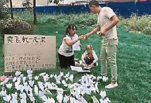 ??  ?? 小美正乖巧地摺飛機。 路人見這對母女太可憐,買了一隻紙飛機聊表心意。