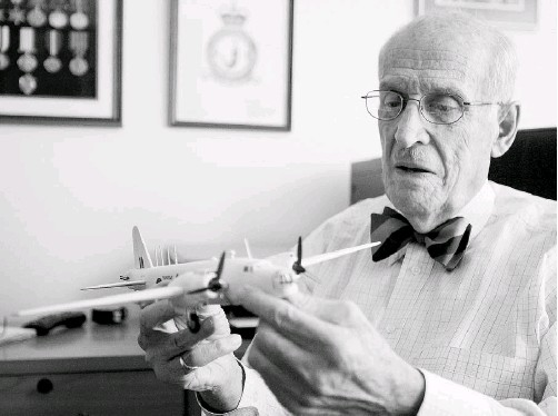 ?? GREG SOUTHAM/ EDMONTON JOURNAL FILES ?? Retired Justice Sam Lieberman in 2005 with a model of a Wellington bomber, one of the planes he flew during Second World War.
