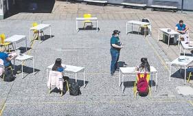 ??  ?? Las clases al aire libre, como se dieron en Argentina el año pasado, ayudan a prevenir el contagio de covid-19.
