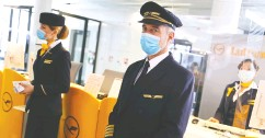 ?? Kai Pfaff enbach / REUTERS files ?? Lufthansa is in talks with drugmaker Roche to use rapid COVID tests, which it hopes could ease flyers' concerns.