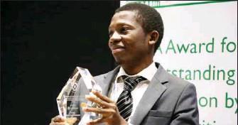??  ?? Adeola Oyinlade receiving his IBA Award