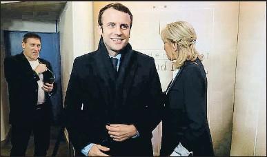 ?? PATRICK KOVARIK / AP ?? Macron arribant aquesta setmana a un debat televisiu amb altres candidats