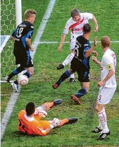 ?? Foto: Ulrich Wagner ?? Mit diesem Tor zum 2:1 gegen den FSV Frankfurt krönte sich Stephan Hain zum Aufstiegshelden von Augsburg.