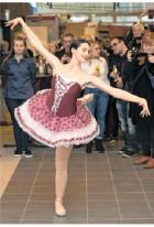 ??  ?? Roberta di Laura tanzte am Abend zwischen den Besuchern.