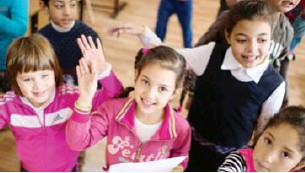 ??  ?? مجموعة من الأطفال في `حدg الحضانات