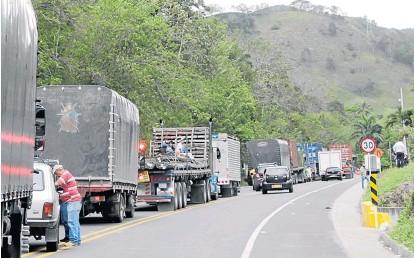 ?? Fotos | Darío Augusto Cardona | LAPATRIA ?? Los conductores se quejan por las largas horas de espera en la vía entre La Felisa y La Pintada, mientras abren paso.