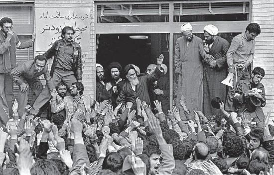 ?? FOTO ČTK ?? Ajatolláh Rúholláh Chomejní se vrátil z exilu, islámská revoluce zvítězila (Teherán, 1. února 1979)
