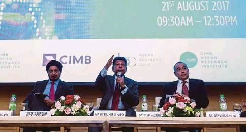 ?? PIC BY SAIRIEN NAFIS ?? (From left) Securities Commission executive chairman Tan Sri Ranjit Ajit Singh, CIMB Asean Research Institute (CARI) chairman Tan Sri Munir Majid and CIMB Group chairman Datuk Seri Nazir Razak at the CARI Asean Roundtable Series in Kuala Lumpur...