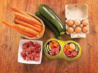 ??  ?? Dog food goes organic: raw meat supplemented with carrots, courgettes and eggs.