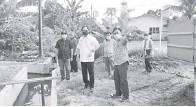 ??  ?? TURUN PADANG: Harden (tengah) meninjau pelaksanaan projek berkenaan di Taman Gamang kelmarin.