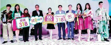 ?? SHAHRILL BASRI/ THESUN ?? (left, from second left) Rozalila, Cho, Rohana, Kim and Tan at the official launch of the 24hour Mandarin Go Shop channel.