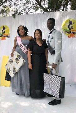 ??  ?? CROWNED LTL ambassadors Nandi Mfeketho and Lilitha Phendu flanke their mentor Toheera Benting