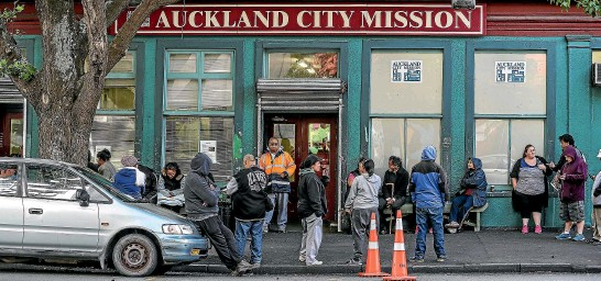 ?? CHRIS SKELTON/STUFF ?? Queues for food parcels at the Auckland City Mission. For a solution, Liz Koh says New Zealand could look to the collective impact approach used overseas.