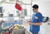 ??  ?? Obergefreiter Krispin Graf bereitet im Ulmer Bundeswehrkrankenhaus Intensivbetten vor.