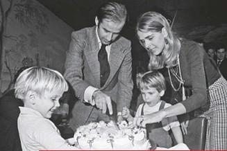 ??  ?? Acababa de ser elegido senador cuando celebró sus 30 años con su esposa, Neilia, y sus hijos Beau y Hunter, el 20 de noviembre de 1972. Al mes, ella y su hija Naomi morían en un accidente.