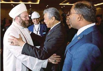 ?? PIC BY MUHAIZAN YAHYA ?? Deputy Prime Minister Datuk Seri Dr Ahmad Zahid Hamidi greeting the United States' Madina Institute founding director Shaykh Muhammad Yahya Al-Ninowy at the Fourth World Conference on Islamic Thought and Civilisation in Ipoh yesterday. With him is...