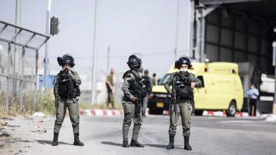 ??  ?? جنود من الاحتلال الإسرائيلي بمحيط المكان الذي أستشهد فيه الفلسطيني أسامة منصور قرب بلدة بير نبالا غرب القدس - )وكالات(