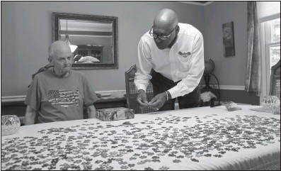 ?? STAFF PHOTO BY DARWIN WEIGEL ?? Navy veterans Bill Needham, left, and Bill Buffington, founder of VConnections, start work on a puzzle at Needham's home in La Plata. Buffington visits Needham regularly under his organization's Homebound Veterans Visiting Program.
