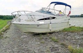 ??  ?? Das PS- starke Sportboot landete direkt auf dem Radweg